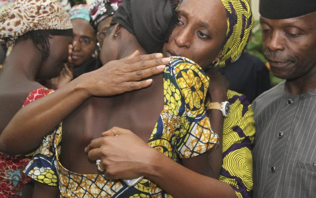 Libération de 21 lycéennes de Chibok, violente agression de policiers dans l'Essonne : résumé de la semaine